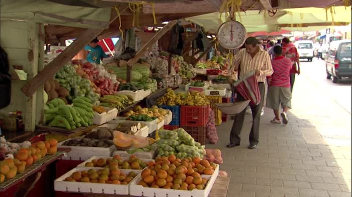 148760564-willemstad-scale-object-fruit-and-vegetable-market-market-stand