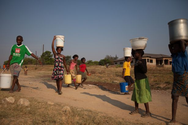 lusaka-twonship-fetching-water